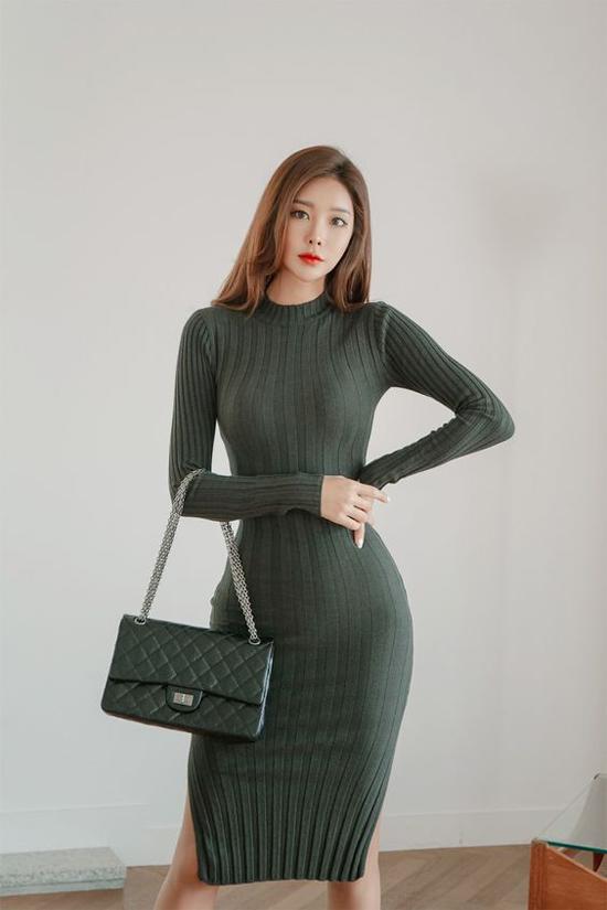 Điều các nàng cần lưu ý khi diện váy len ôm sát body là phải có vòng 2 hoàn hảo. Bởi chất liệu len, đi kèm dáng ôm dễ tố giác sự gồ ghề của hình thể.
