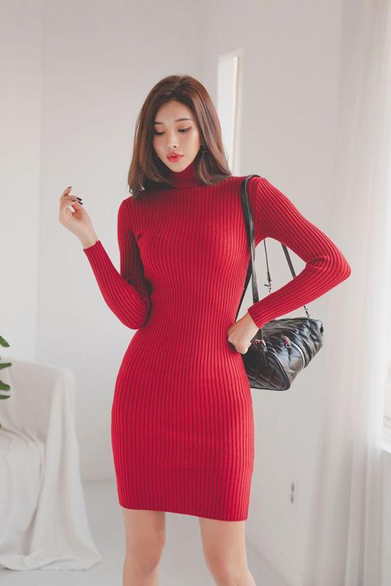 Váy len liền thân trên tông màu nóng phù hợp với các bạn gái vóc dáng mảnh mai. Bởi nhược điểm của len là dễ khiến người mặc trở nên béo tròn.