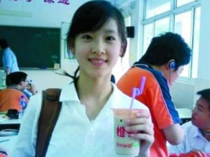 Chương Trạch Thiên nổi tiếng với bức ảnh cầm cốc trà sữa và được người dùng mạng đặt biệt danh hot girl trà sữa từ năm 2009. Ảnh: Weibo.