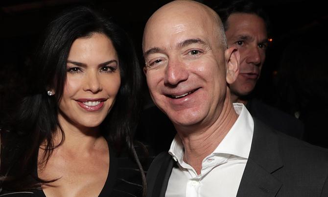 Lauren Sancher với chồng Patrick Whitesell (bìa trái) và Jeff Bezos trong một sự kiện vào tháng 12/2016. Ảnh: US Weekly.