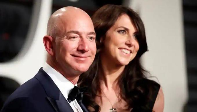 Jeff Bezos và người vợ 25 năm MacKenzie đang tiến hành các thủ tục cần thiết để ly hôn. Ảnh: Reuters.