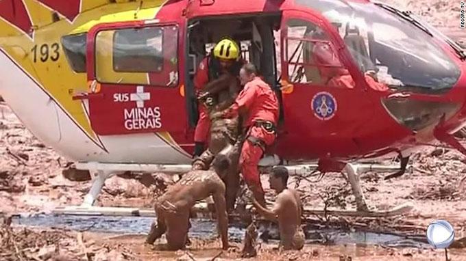 Trực thăng cứu người thương vong ra khỏi khu vực bị bùn lầy bao phủ ở Brumadinho, Brazil hôm 25/1. Ảnh: Reuters.