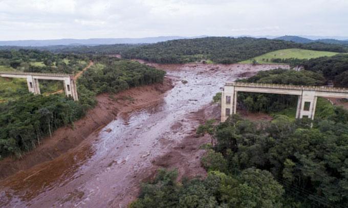 Một cây cầu bị sập do vỡ đập ở Brumadinho, Brazil hôm 25/1. Ảnh: AP.
