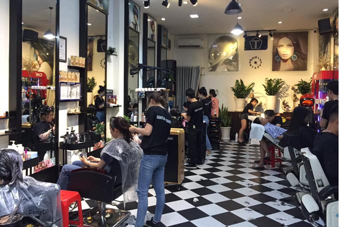 Một tiệm tóc trên đường Đồng Xoàiđông nghẹt khách uốn duỗi dịp tết. Ảnh: Anh Tuấn.