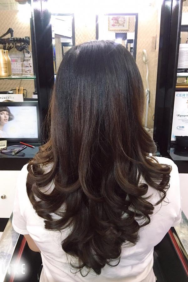Một khách hàng làm combo dịch vụ uốn dưỡng tinh dầu tại một tiệm tóc ở đường Bình Giã, Tân Bình.