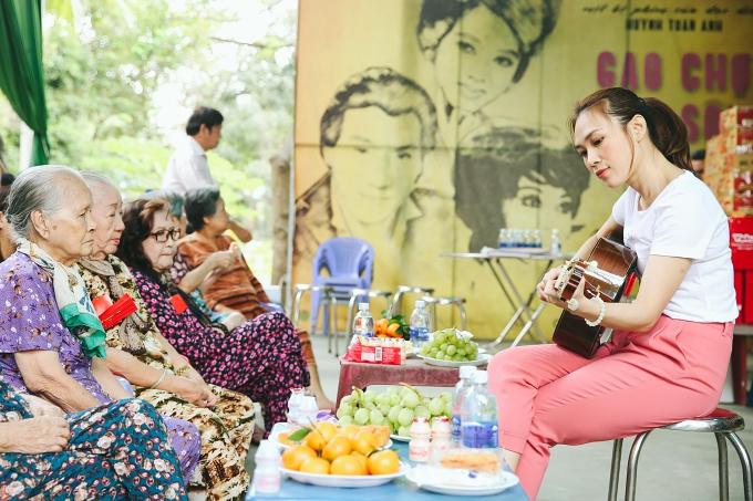 Các bài hát trong phim gồm Nơi mình dừng chân, Khi ta yêu, Đời là giấc mơ đều vươn lên vị trí dẫn đầu bảng xếp hạng của iTunes Việt Nam.
