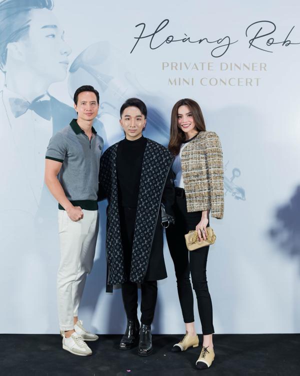Cặp đôiđến xem mini concert của nghệ sĩ violin Hoàng Rob vì có mối quan hệ thân thiết.