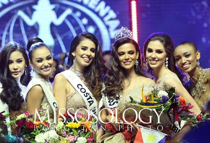 Ngân Anh (ngoài cùng bên trái) cùng top 5 chúc mừng Tân Hoa hậu Liên lục địa 2018.