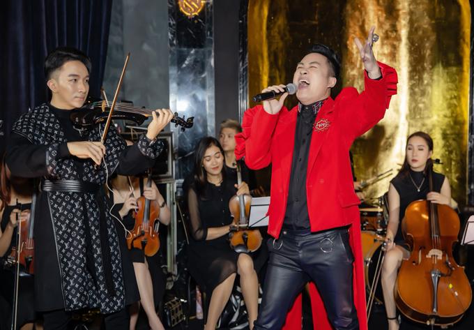 Tùng Dương là vị khách đặc biệt biểu diễn cùng Hoàng Rob. Cả hai đã có màn kết hợp ngẫu hứng, thăng hoa với các nhạc phẩm Chiếc khăn Piêu, Mang thai.