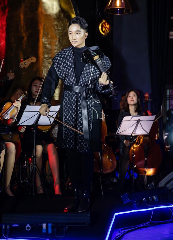 Trong đêm diễn có số lương khách mời giới hạn, Hoàng Rob thể hiện các bản hoà tấu như Vùng đất quên lãng, Đối thoại, Tiếng vọng, Mưa bóng mây... Anh còn tiết lộ về dự án âm nhạc sẽ phát hànhlà bộ đôi đĩa than và liveshow vào cuối năm.