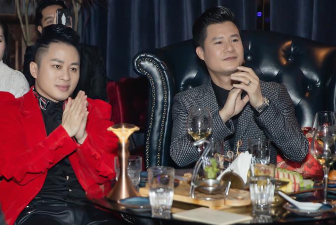Đến ủng hộ tinh thần cho Hoàng Rob trong đêm mini concert còn có ca sĩ Tùng Dương, Quang Dũng.