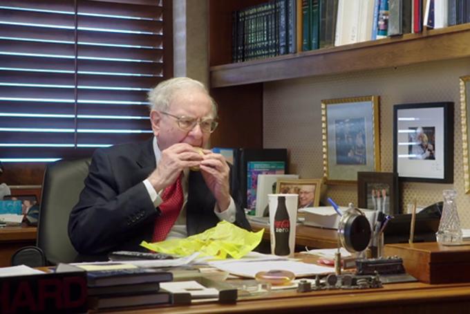 Tỷ phú Warent Buffett thườngdừng lại tại cửa hàng đồ ăn nhanh mua bữa sáng và ăn tại phòng làm việc. Ảnh: HBO.