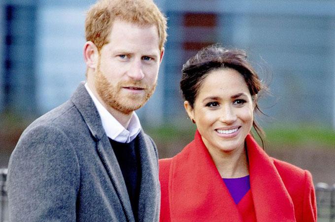 Vợ chồng Harry trong chuyến thăm thị trấn Birkenhead hôm 14/1. Ảnh: SplashNews.