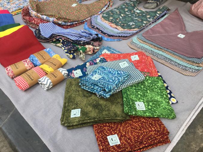 Bên cạnh đồ cũ là đồ handmade gồm khăn, túi. Nhiều sản phẩm được các bạn trẻ thêu tay kỳcông.