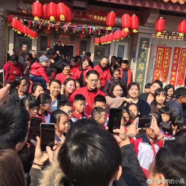 Về quê, Lâm Phong được cả làng ra chụp ảnh.