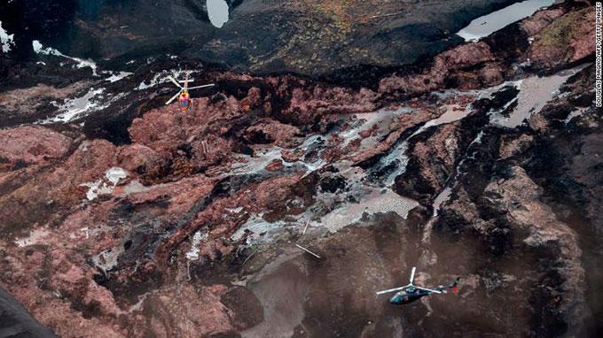 Máy bay trực thăng tìm kiếm nạn nhân của vụ vỡ đập ở Brazil hôm 25/1. Ảnh: Doughlas.