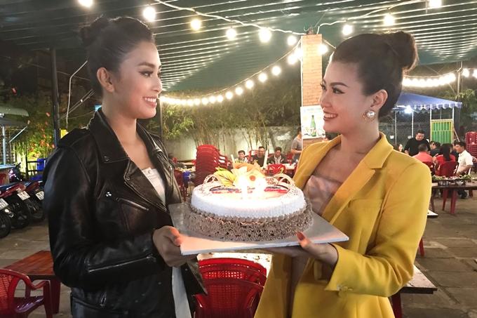 Sau khi sự kiện kết thúc, Tiểu Vy bí mật chuẩn bị bánh kem và hát mừng sinh nhật tuổi 28 của đàn chị.