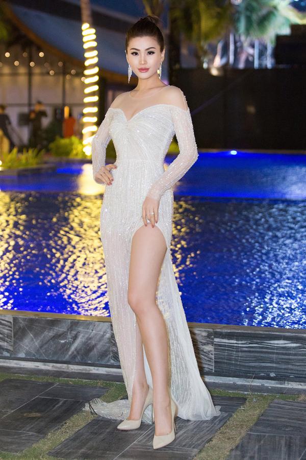Tham dự một sự kiện ở Phú Yên, Á hậu Diễm Trang tỏa sáng khi diện bộ đầm xẻ cao gợi cảm, đính hạt lấp lánh của NTK Lê Thanh Hòa.