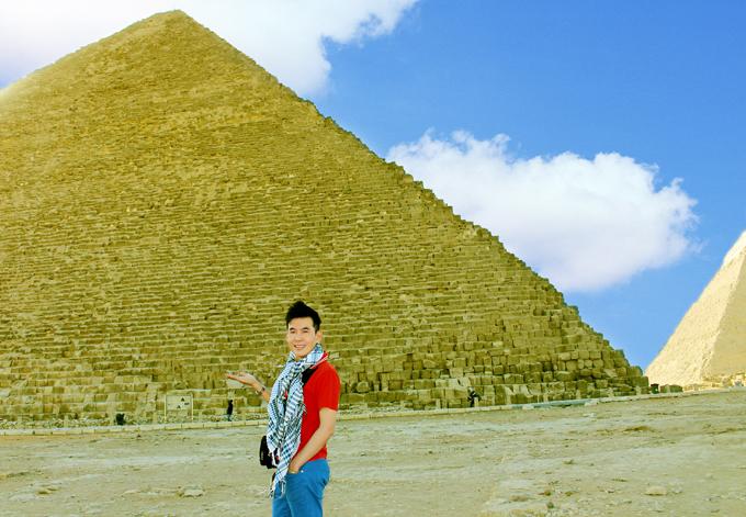 [Caption]Kim tự tháp lớn nhất Khufu được làm từ hơn 2,3 triệu khối đá, mỗi khối nặng từ 2 tới 30 tấn, một số nặng hơn 50 tấn. Chiều cao của tháp hiện nay 138 m, chiều dài cạnh là 230 m.
