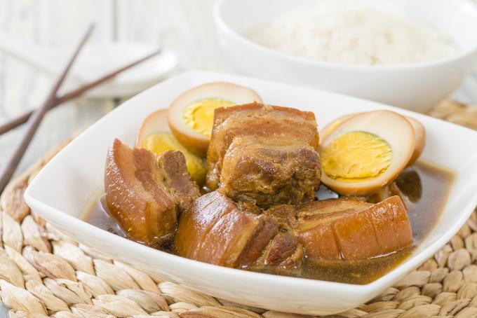 Miếng thịt kho vàng óng béo ngậy, mềm nhừ mà không nát, trứng vịt thấm đẫm gia vị.