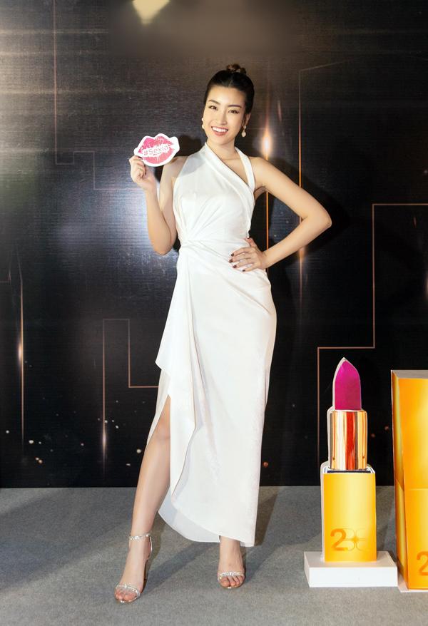 Một mẫu váy mềm mại khác của nam thiết kế 8X đem tới cho Hoa hậu Đỗ Mỹ Linh vẻ thanh lịch mà không kém phần quyến rũ.