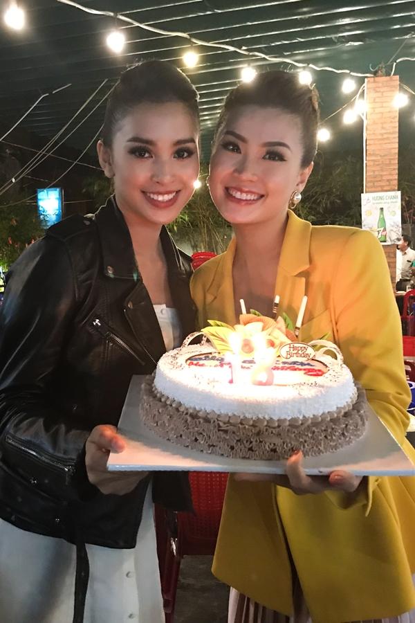 Diễm Trang từng đồng hành, dẫn dắt một số sự kiện tại Hoa hậu Việt Nam 2018 nên có mối quan hệ thân thiết với Tiểu Vy. Cô mừng cho đàn em ngày càng xinh đẹp, trưởng thành hơn sau nửa năm đăng quang.