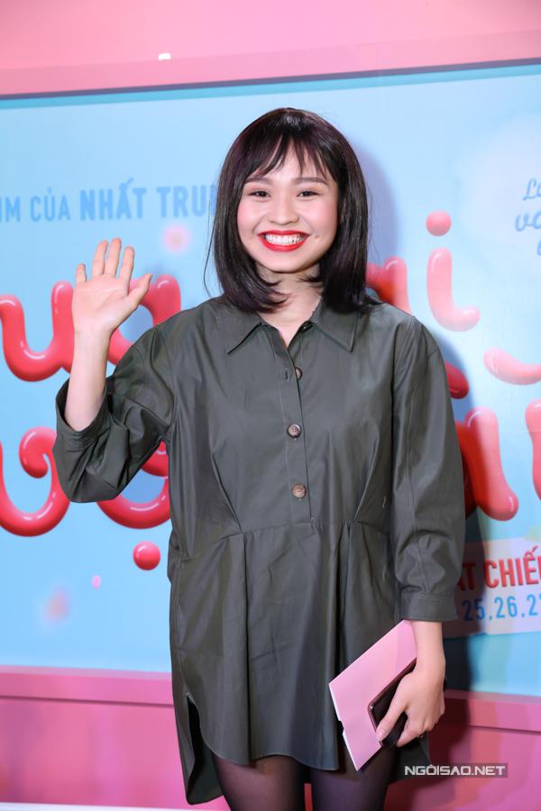 Trong khi đó, con gái của Lê Giang - diễn viên Lê Lộc - chọn chiếc váy sơ mi dáng thụng siêu ngắn, tạo cảm giác xuề xoà.
