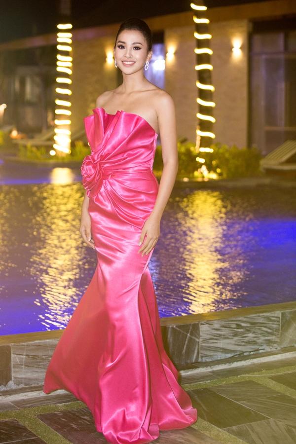 Tiểu Vy diện váy đuôi cá gam hồng nổi bật. Sau khi trở về với thành tích top 30 Hoa hậu Thế giới, người đẹp tích cực tham gia các sự kiện giải trí và hoạt động thiện nguyện.