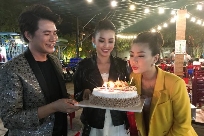 Á hậu Diễm Trang chia sẻ, cô rất xúc động khi còn hai ngày nữa mới đến sinh nhật nhưng Tiểu Vy và ekip đã chuẩn bị buổi tiệc bất ngờ dành cho mình.
