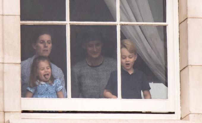 Maria Borrallo trông coi Charlotte và George tại Điện Buckingham hồi tháng 7/2018. Ảnh: UK Press.