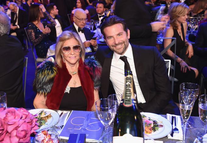 Tại sự kiện này, Bradley không đi cùng bạn gái mà dẫn theo mẹ anh, bà Gloria Campano. Siêu mẫu Irina Shayk vắng mặt ở Mỹ suốt dịp cuối tuần bởi cô bận công việc ở Nga.