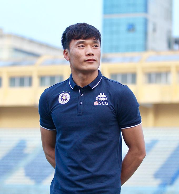 Bùi Tiến Dũng ra mắt CLB Hà Nội. Ảnh: Lâm Thỏa.