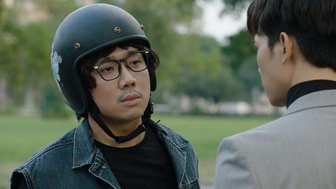 Trấn Thành giữ nguyên một vẻ mặt trong suốt bộ phim.