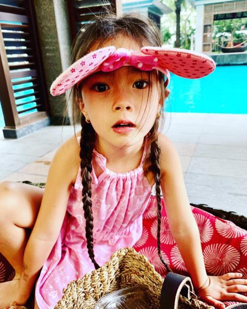 Con gái ca sĩ Đoan Trang càng lớn càng đáng yêu, mê màu hồng.