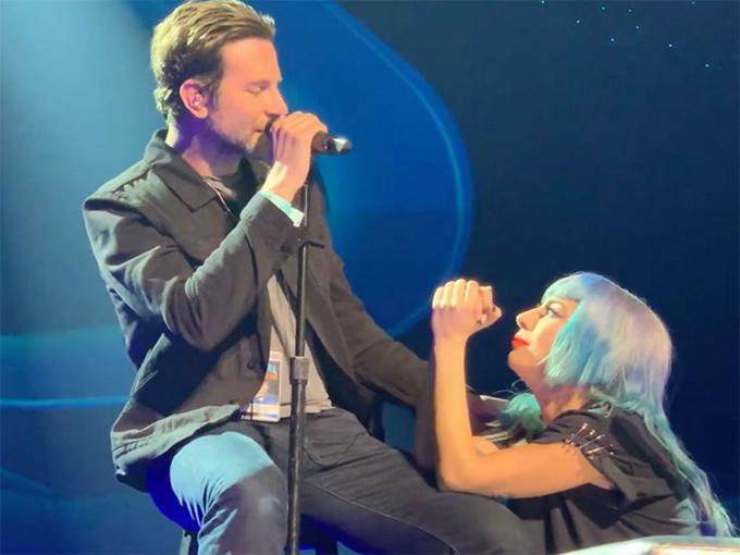 Tối 26/1, Bradley Cooper gây bất ngờ khi xuất hiện trong đêm nhạc của Lady Gaga ở Las Vegas. Anh ngẫu hứng song ca cùng Gaga bản hit Shallow mà cả hai từng thể hiện thành công trong phim A Star Is Born. Đây cũng là lần đầu tiên Bradley hát live với Gaga ngoài đời thực.