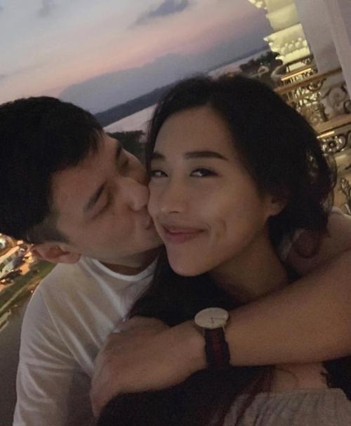 Bạn gái Việt Kiều Bỉ về Việt Nam thăm Huỳnh Anh sau nhiều thángyêu xa. Nam diễn viên trao Y Vân một nụ hôn say đắm trong chuyến du lịch ở phố cổ Hội An.