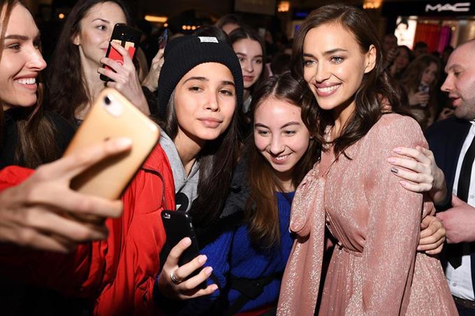 Irina Shayk được các fan ở quê nhà chào đón nồng nhiệt khi xuất hiện tại trung tâm thương mại tại Moscow vào tối 26/1.