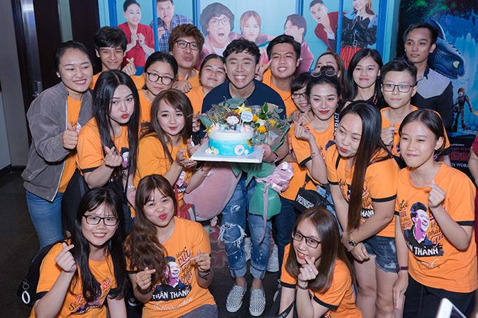 Trấn Thành được đoàn phim và người hâm mộ tổ chức sinh nhật trong một buổi chiếu.