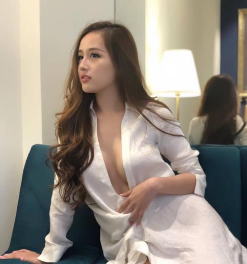 Hoa hậu Mai Phương Thúy đăng ảnh sexy của mình kèm điều ước ngày Tết. Cô ước sẽ có mộtanh chàng đẹp trai dắt đi dạo vườn hoa Lê Nin buổi tối,dẫn đi mua hoa hoặcdẫn lên phủ trong đêm mưa.