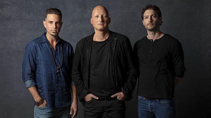 Đạo diễn Dan Reed (giữa) cùng James Safechuck (phải) và Wade Robson (trái).
