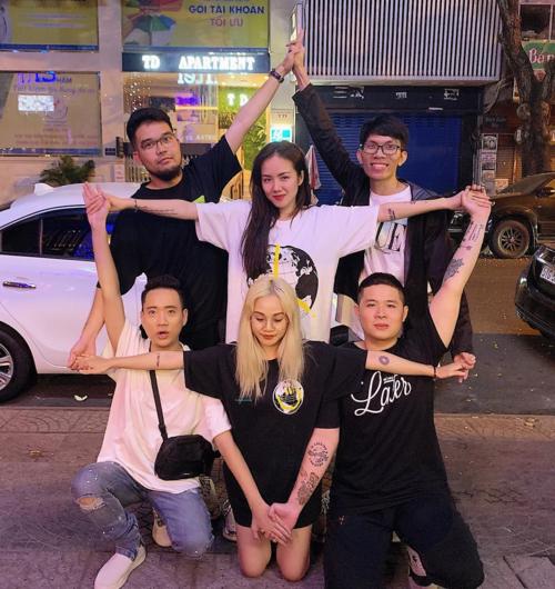 Ca sĩ Phương Ly (áo trắng) cùng những người bạn hưởng ứng trào lưu chụp ảnh nhóm đang hot trên mạng.