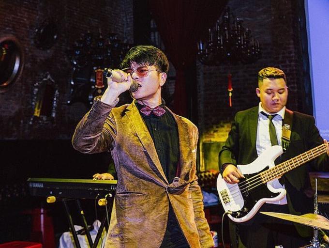 Quang Anh (trái) - quán quânGiọng hát Việt nhí 2013 - nay đãcao lớn, chững chạc và cháy hết mình trên sân khấu.