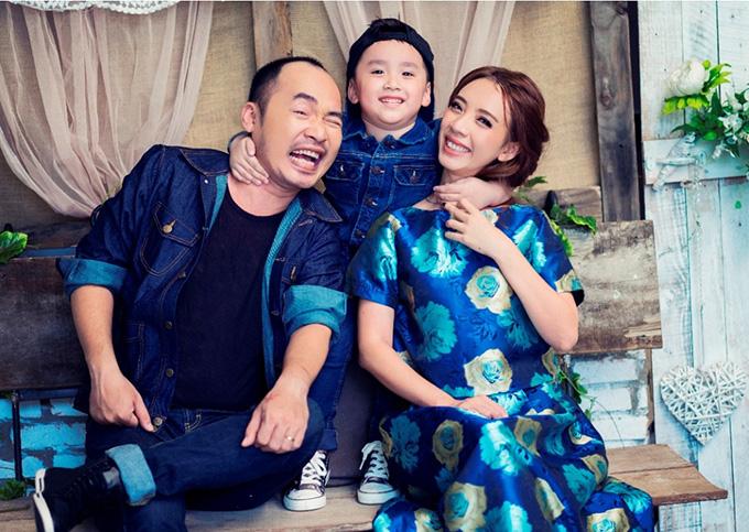 Vợ chồng Thu Trang - Tiến Luật hạnh phúc bên con trai.