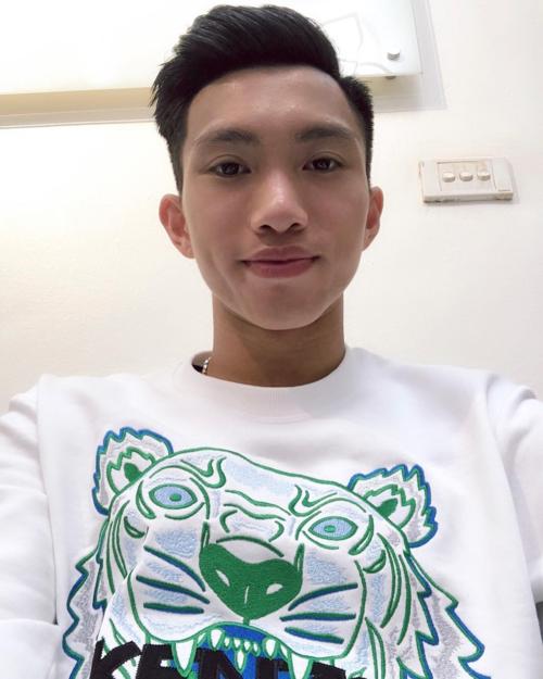 Cầu thủ Văn Hậu của tuyển Việt Nam khoe kiểu tóc mới sau khi rời Dubaivề nước sau Asian Cup 2019.