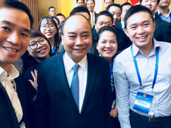 Nghiêm Xuân Huy chụp hình cùng Thủ Tướng Nguyễn Xuân Phúc và các nhà khoa học, kỹ sư và nhân sự cấp cao trong sự kiện Vietnam Innovation Network 2018.
