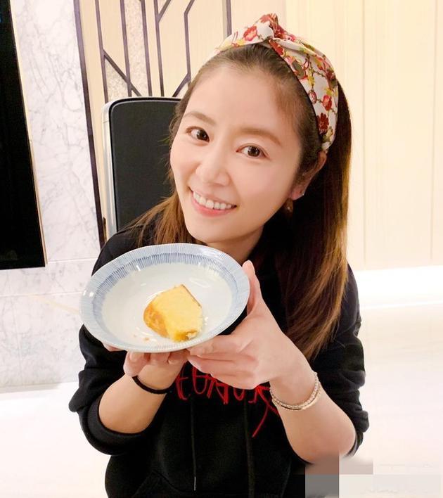Lâm Tâm Như khoe ảnh thưởng thức bánh sinh nhật đón tuổi 43.