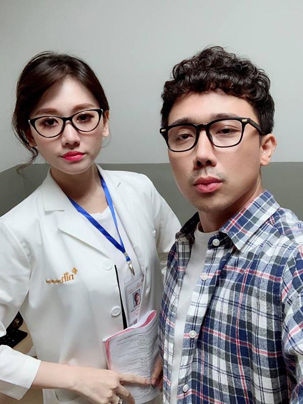 Trấn Thành và Hari Won trên trường quay Cua lại vợ bầu.