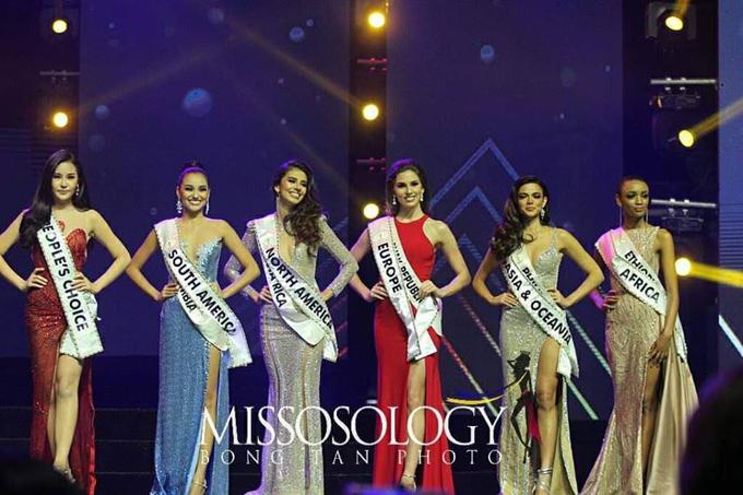 Lê Âu Ngân Anh (trái) bên cạnh các thí sinh khác của top 6 trong chung kết Miss Intercontinental, tối 27/1.