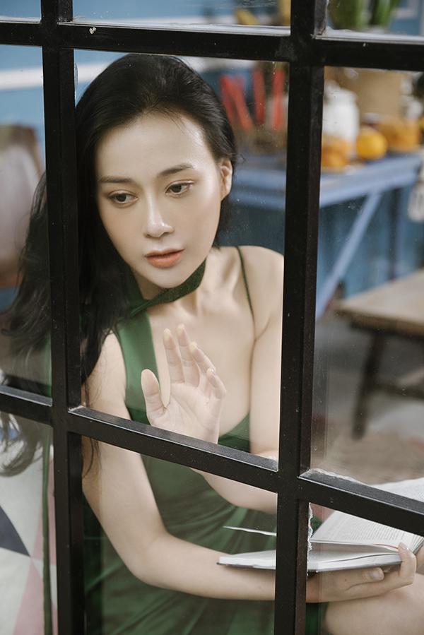 Bộ ảnh được hỗ trợ thực hiện bởinhiếp ảnh Chau Nguyen Jr và trang điểm Linh Choco.