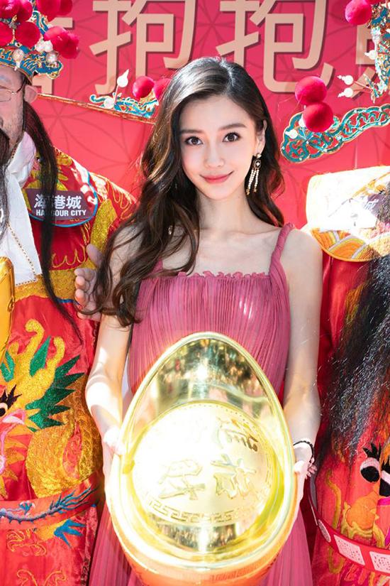Dù vậy, trong những hình ảnh chính thức trên mặt báo, bà xã Huỳnh Hiểu Minh vẫn rất đẹp. Trong buổi trò chuyện với báo chí Hong Kong, Angelababy tiết lộ con được 2 tuổi, rất kháu khỉnh, đáng yêu. Người đẹp cũng bày tỏ hy vọng năm mới sẽ dành nhiều thời gian hơn cho con cái.